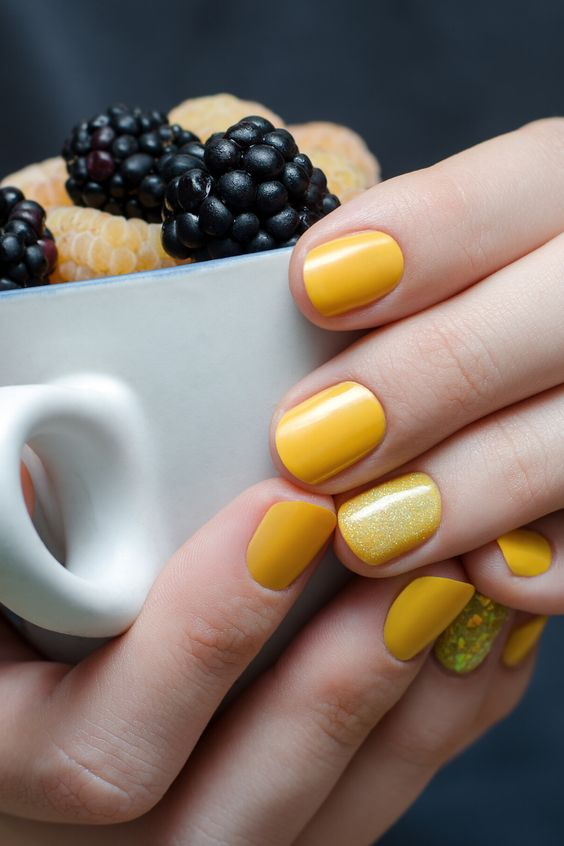 Short Sunny Yellow Summer Nails with Gold Glitter Accent | Best Yellow Nails Ideas